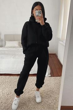 Casual Winter Outfits, Winter Fashion Outfits, Stylish Outfits, Trendy Black Outfits, Casual Sporty Outfits, Girls Winter Fashion, Winter Outfits For School, Casual Summer, Cute Sweatpants Outfit