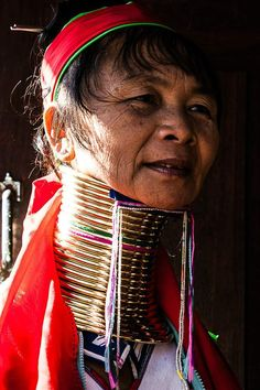 Les «femmes-girafes» de l'ethnie Padaung semblent issues d'un autre temps. Si la tradition de porter des anneaux autour du cou dès le plus jeune âge, et d'ajouter un cercle supplémentaire à l'ensemble tous les ans jusqu'à l'âge adulte, s'estompe, certains villages continuent de suivre cette pratique, dans un but notamment touristique. Les femmes Padaung travaiilent par exemple dans quelques boutiques de souvenirs du lac Inlé, où de nombreux touristes viennent faire la photo « exotique ».