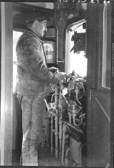 Chauffeur dans la cabine d'une rame réversible, 1931, François Kollar Charenton-le-Pont, Médiathèque de l'Architecture et du Patrimoine