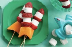 Fill your picnic basket with these fruit and marshmallow space ship treats and make the most of the outdoors! Great for outer space birthday party. Space Snacks, Space Food, Festa Toy Story, Toy Story Party, Rocket Recipes, Space Baby Shower, Marshmallow Treats, Marshmallow Skewers, Mini Marshmallows