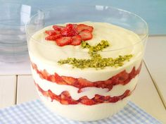 Schichtdessert mit Erdbeeren                              -                                  Cremiges Dessert mit Joghurt und fruchtigen Erdbeeren an sommerlichen Tagen