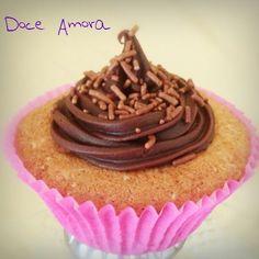 Cup Cake recheado com brigadeiro e cobertura de ganache! Na Doce Amora tem!!!