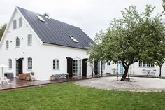 taket, fönsterfärgen, trädgården Houses Architecture, Summer House Garden, Scandinavian Home, House Goals, Little Houses, Home Fashion, My Dream Home, Exterior Design, Future House