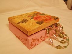 Tutorial decoupage prezentujący przykład ozdobienia pudełka pastą do spękań Crackle Paste firmy Maimeri. Decoupage krok po kroku jak położyć pastę i jaki efe...