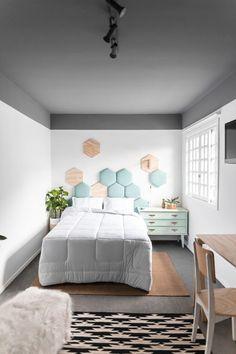 A modernidade veio com o teto cinza e a cabeceira geométrica.