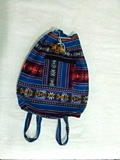 Bolsa peruana de lã de Llama artesanal.  Cor azul. tamanho Altura:38,5cm Largura: 32cm Alça padrão sem regulagem. Cordão com pompom para amarrar. Bolso com zíper na frente. R$ 60,00