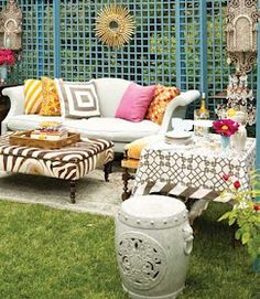 I'd love to have a cocktail and a good conversation in this setting. #bohodecor #vintage #design #alfresco