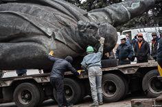 В украинском городе Запорожье власти 17-18 марта демонтировали 20-метровый памятник Владимиру Ленину.
