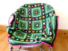 Plaid crochet granny vert et fleurs multicolores : Textiles et tapis par handmade-chaumont