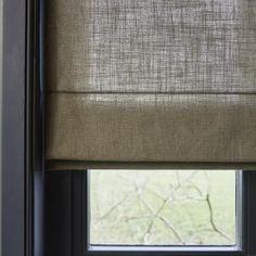 Sfeervolle raamdecoratie voor het gehele huis Roman Blinds, Living Room Inspiration, Window Treatments, Windows, Curtains, House Styles, Interior, Home Decor, Sofa