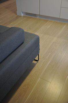 Piękna jasna #podłoga drewniana marki #Scheucher Parkett idealnie komponuje się z szarością mebli