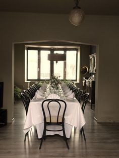 Belle Epoque table setting with Thonet chairs