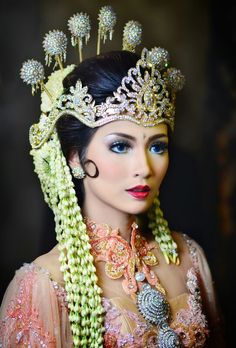 Vernieuwende traditionele huwelijkskleding Javanese Wedding, Indonesian Wedding, Cambodian Wedding, Wedding Looks, Wedding Make Up, Traditional Wedding, Traditional Dresses, Headdress, Headpiece