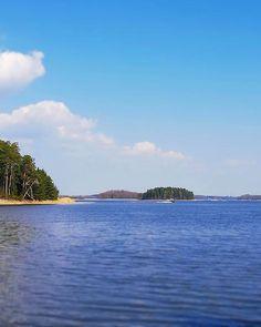 ...making use of the good weather today with a second visit to 'Dagmar's Park'. Blue skies, beaches and that rock formation is still here! ..Marvellous! 🤟😎 . . . #rockformation #total_finland #ig_finland #dagmarspark #fiskars #thisisfinland #igersfinland #finlandia #finland #visitfinland #beaches #finland_photolovers #blueskies #irishinfinland #finnisharchipelago #trees #nature #forest #sunnyday #instaforest #igerseurope #dagmarskälla #källviken #dagmarinlähde #weareinfinland #finnish…