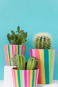 Aprenda, passo a passo, como você pode usar papel crepom para fazer uma decoração para cachepot e deixá-lo muito mais estiloso!