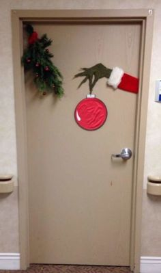 Easy christmas classroom decorations you ll have to check out before you scroll up amazing christmas door decoration ideas for your holiday inspiration 23 the architecture home Christmas Door Decorating Contest, Front Door Christmas Decorations, Christmas Decorations For Apartment, Christmas Decoration For Office, Easy Holiday Decorations, Dorm Door Decorations, Homemade Decorations, Diy Christmas Room Decor, Office Christmas Gifts