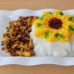 پلو با مرغ: برنج:٣پيمانه مرغ پخته شده : به اندازه دلخواه پياز:١ عدد درشت زرشك:٥ ق غ كشمش: ٤ ق غ زعفران: ٥ ق غ آبكرده كره: ٥٠ گرم خلال بادام: به اندازه داخواه من خيلى كم ريختم روغن براى سرخ كردن برنج را يا به صورت آبكشى يا كته دم ميكنيم. تو اين فاصله مواد گوشتيمونو آماده ميكنيم. پياز را تفت ميدهيم تا طلايى شود ،مرغ پخته را خلالى كرده و با پياز تفت ميدهيم . زرشك و كشمش و خلال بادام را افزوده و ٣ دقيقه تفت ميدهيم.٣-٤قاشق از آب مرغ و زعفران را روى مواد ريخته و ٥ دقيقه صبر ميكنيم تا مواد به خورد…