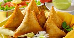 Learn how to make Aaloo (Potatoes) Samosa Pakistani Style for Iftar in Ramadan This is very delicious recipes for Ramadan snacks to cook either at home. Keema Samosa, Vegetable Samosa, Snack Recipes, Healthy Recipes, Pasta Recipes, Ramadan Recipes, Iftar, Indian Dishes, Indian Food Recipes