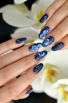 nail art orchidée http://www.nail-art.fr/nail-art-orchidees-bleues-en-stroke/