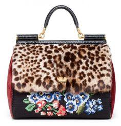 Dolce & Gabbana, la miss sicily in punto croce con patta in pelliccia