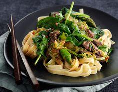 Billede af Fuldkornspasta med skært oksekød og wokstegte grønsager