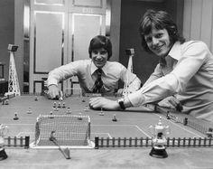 Foto d'archivio: I calciatori Martin Buchan del Manchester United e Mick Channon, attaccante del Southampton, giocano a subbuteo prima di affrontarsi uno contro l'altro nella finale della Coppa nazionale inglese (la FA Cup), che si giocò a Wembley il 27 aprile del 1976 e fu vinta dal Southampton per 1-0 - Il Post