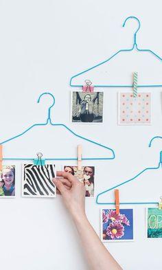Idea original de decoración: colocar las fotos en perchas