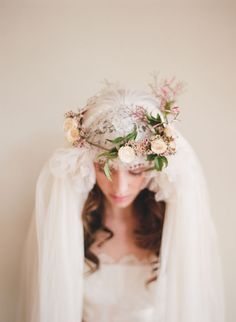 Voile de mariée sur une couronne de fleurs