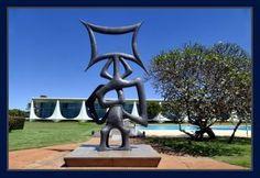"""A escultura """"Rito dos Ritmos"""", de Maria Martins, com o plaácio ao fundo. Foto Orlando Brito"""