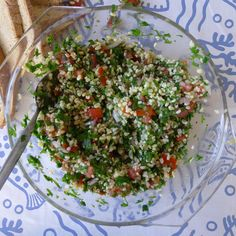 2 κούπες πλιγούρι μέτριο(parboiled) 2 μεσαίες ντομάτες 1/2 κρεμμύδι 1 ματσάκι μαϊντανό λίγα φύλλα δυόσμου ή μέντας χυμός 1 λεμονιού ελαιόλαδο αλάτι Πώς το φτιάχνουμε:  Σε μπολ βάζουμε το πλιγούρι. Προσθέτουμε χλιαρό νερό ίσα να το καλύπτει και το αφήνουμε να μουλιάσει για περίπου 30 λεπτά. Μετά από 30 λεπτά, σουρώνουμε το νερό που τυχόν δεν έχει απορροφηθεί και βάζουμε το πλιγούρι στο μπολ της σαλάτας μας. Κόβουμε τις ντομάτες στη μέση και αφαιρούμε τα σποράκια τους. Τις κόβουμε σε μικρά…