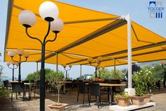 Los toldos dobles autoportantes. Soluciones de protección solar universales y de gran extensión para espacios al aire libre.