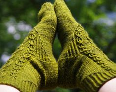 This sock inspired by a character in The Wheel of Time book series- Elayne Trakand, the Daughter Heir of Andor. Aes Sedai of the green ajah. Elayne and two other women are 'tied' to the main character, as the wheel of time has woven their threads together with his.