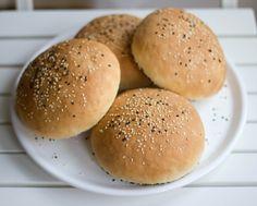 Burger mit frischen Hamburger-Brötchen, Balsamico-Schalotten, Rucola, Pecorino und Serranoschinken / moey's kitchen