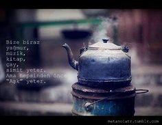 Bize biraz yağmur, müzik, kitap, çay, simit yeter. Ama hepsinden önce 'Aşk' yeter.