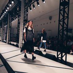 ontem foi dia de conferir o Preview Renner de inverno17  coleção incrível com muita tela meia rastão sobreposições e aquele toque rocker que a gente tanto adora!! as peças já estão disponíveis em todas as lojas da rede e eu já escondi meu cartão pra não falir querendo comprar tudo  #sinceridadeagentevêporaqui Ah quem quiser conferir um pouco de como foi a noite de ontem corre que mostrei todos os detalhes no Stories  #Renner #PreviewRenner #fashion #fashionista #inverno17 #winter #fallwinter…