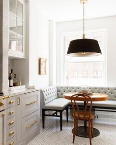 Cocina- Tiradores y comedor diario- Me encanta que los muebles este en Gris y blanco- tiradores dorados