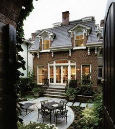 Пример красивой отделки фасада дома коричневого цвета в французском стиле