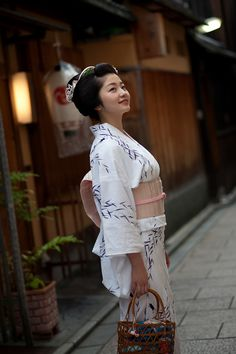 祇をん 紗月 - Giwon Satsuki Geisha Japan, Geisha Art, Japanese Yukata, Japanese Outfits, Yukata Kimono, Japanese Beauty, Japan Fashion, Classy Women, Japanese Culture