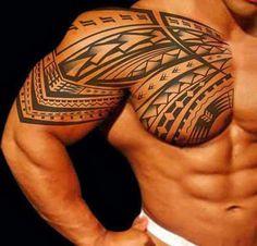 Melhor tatuagem tribal para os homens no braço e no peito