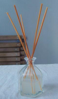DIY: diffuseur huiles essentielles Vanilla Essential Oil, Natural Essential Oils, Essential Oil Diffuser, Homemade Reed Diffuser, Diffuser Diy, Diy Organisation, Diy Pumpkin, Fitness Gifts, Home Made Soap