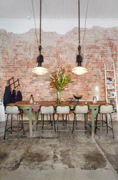 #Brickwalls in je #interieur - Met de #roodbruine robuuste stenen, stukken cement en hier en daar nog wat pleisterwerk, voegt een #brickwall diepte, warmte, #sfeer en #echtheid aan je interieur toe. #bakstenen #muur #robuust #industrieel