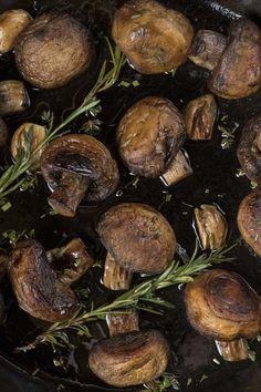 Μανιτάρια φουρνιστά με δεντρολίβανο και λάδι σκόρδου Garlic Mushrooms, Stuffed Mushrooms, Stuffed Peppers, Turmeric, Vegan Vegetarian, Carrots, Food And Drink, Beef, Vegetables