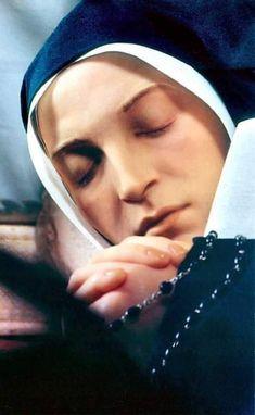 Incorrupt body. Ste Bernadette, St Bernadette Of Lourdes, St Bernadette Soubirous, Catholic Saints, Patron Saints, Roman Catholic, Religious Pictures, Religious Icons, Sainte Therese De Lisieux