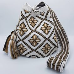"48 Beğenme, 2 Yorum - Instagram'da Welawayuu 💘 เวลาวายู 💝 (@wela.wayuu): ""❤️💛💚💙💜 Wayuu bag Single thread size L 😇😍😘 👛 รุ่นด้ายเดี่ยว ไซส์ L 👝 เส้นผ่าศูนย์กลางก้นกระเป๋า 22…"" Free Crochet Bag, Crochet Stitches Free, Crochet Art, Crochet Purses, Cute Crochet, Mochila Crochet, Tapestry Crochet Patterns, Tapestry Bag, Knitted Bags"