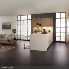 Kücheninseln sind deshalb so praktisch, weil sie von der einen Seite Küchenzeile, von der anderen als Esstisch genutzt werden können. Zusammen mit hellen Holz-Küchenschränken…