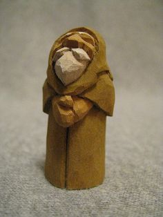 Monk with fat hands. Wood Carving Designs, Wood Carving Patterns, Wood Carving Art, Whittling Projects, Whittling Wood, Power Carving Tools, Epoxy Wood Table, Simple Wood Carving, Wood Carving For Beginners