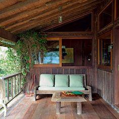 Venha conhecer o projeto do arquiteto Carlos Motta na Serra da Mantiqueira. Uma casa toda feita de madeira à prova do tempo. Olha que linda a varanda!  #arquitetura #acaradecasaejardim #arquiteturabrasileira #amazing #nofilter #inspiração by casaejardim