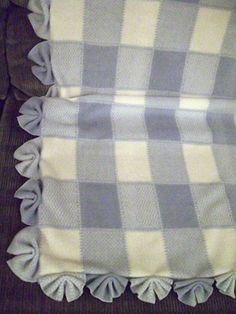 fan edging 2019 This fan-fold edging is an extremely easy way to finish off a baby blanket's edging. Make 4 cuts 4 inches apart fold like a fan and zig-zag in the center. The post fan edging 2019 appeared first on Blanket Diy. Fleece Blanket Edging, Fleece Tie Blankets, No Sew Blankets, Easy Baby Blanket, Weighted Blanket, Baby Blanket Crochet, Crochet Baby, Receiving Blankets, Braided Fleece Blanket Tutorial