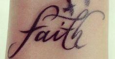 Faith Tattoo mit Vögel am Handgelenk