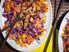 Frango picante com gergelim e salada 4 cores